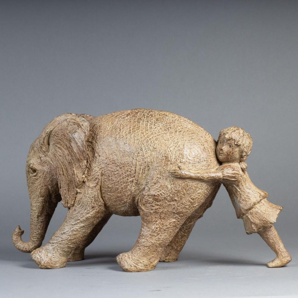 Tiens bon, sculpture animalière éléphant et enfant de Sophie Verger