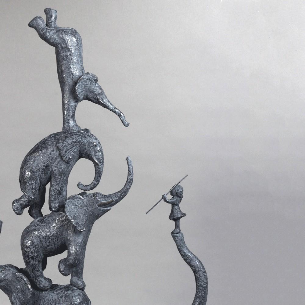Cinq éléphant et une fille